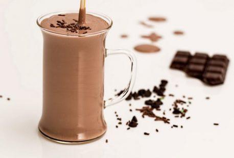 عمل ميلك شيك شوكولاتة في دقيقتين