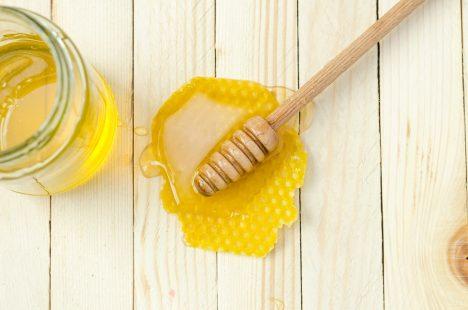 فوائد قناع العسل للوجه لترطيب البشرة وتخلصها من الحبوب