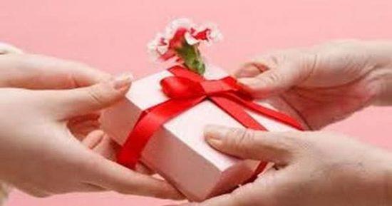 تفسير حلم الهدية في المنام للمرأة المتزوجة والأرملة والفتاة العزباء