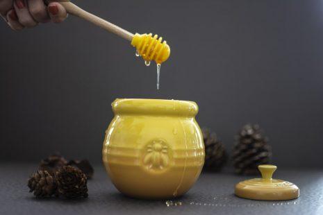 مقالة علمية حول فوائد العسل طبياً ومحاذير تناوله في بعض الأوقات